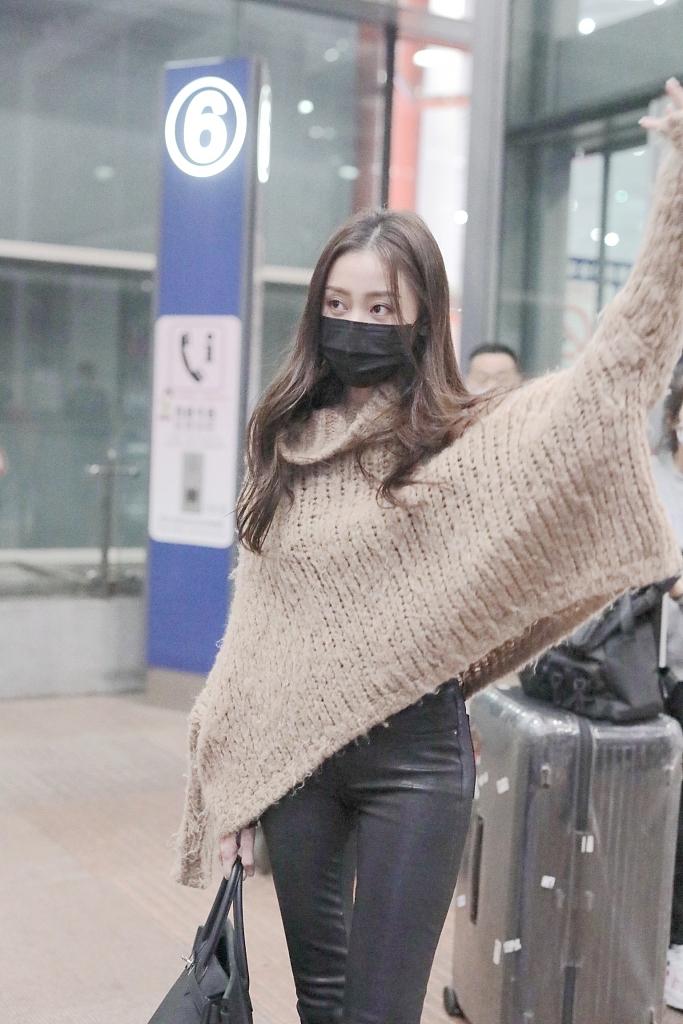 张天爱冬日穿搭保暖又时尚惊现表情包好呆萌